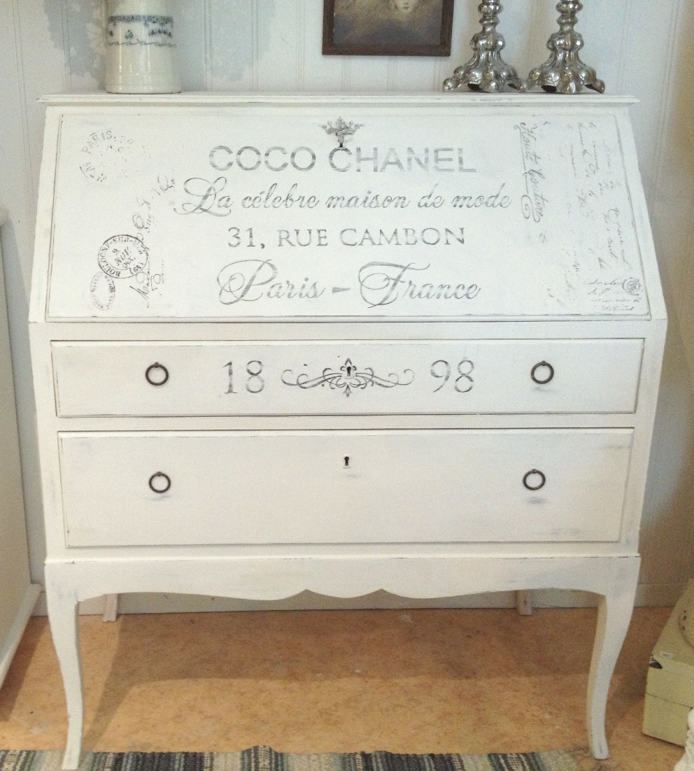 himlarum ldre sekret r coco chanel shabby chic med franska texter. Black Bedroom Furniture Sets. Home Design Ideas
