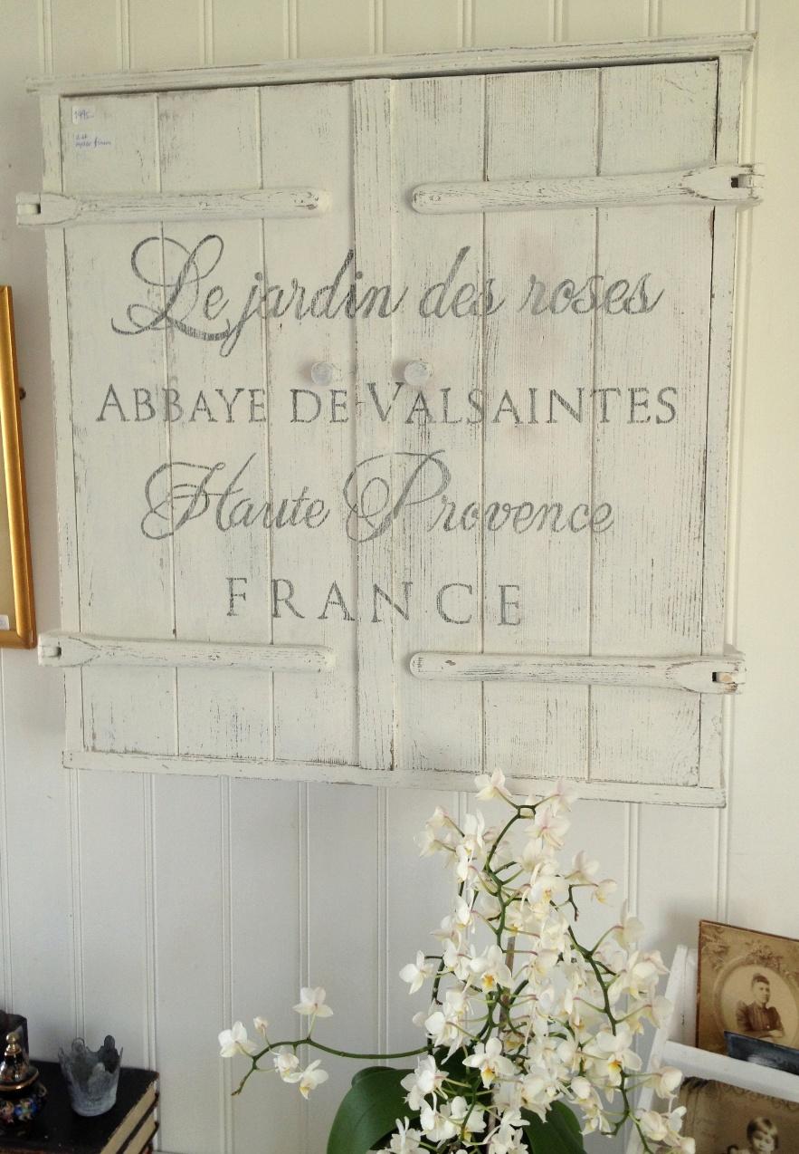 Himlarum Nätt lantligt väggskåp med fransk text
