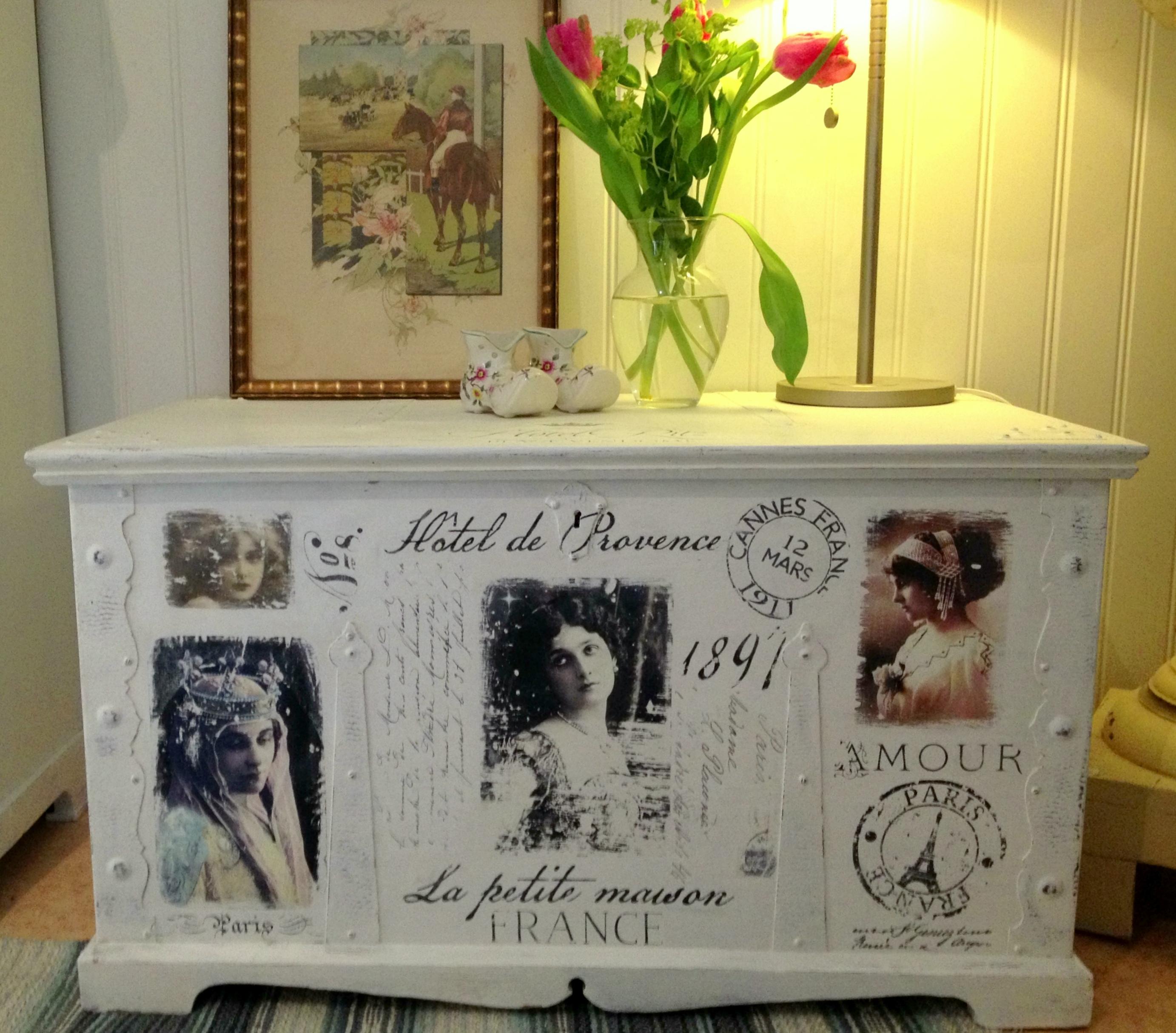 himlarum kista shabby chic med franska texter och bilder. Black Bedroom Furniture Sets. Home Design Ideas