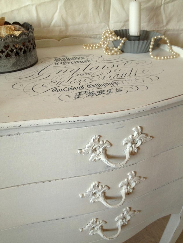 Himlarum - Sängbord sideboard byrå med snirklig text