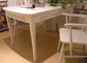 Matbord med latinska texter