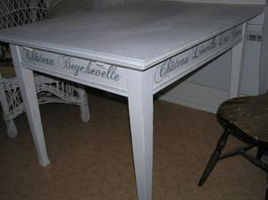 Stort matsalsbord med franska vinnamn