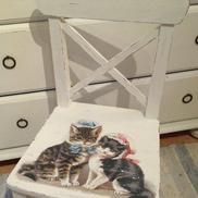 Rar liten barnstol med näpna katter