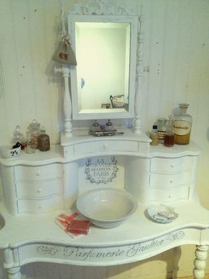 Ljuvligt antikt toalettbord sideboard med fransk text