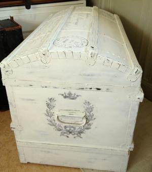 Gammal koffert  kista med fransk text