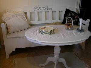 Ovalt soffbord pelarbord med vackert formad skiva