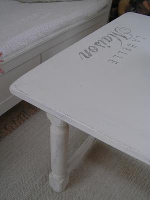 Stort soffbord med fransk text