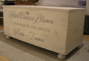 Stor kista med fransk text