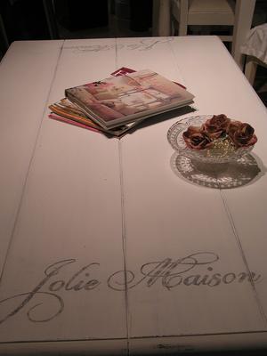 "Lantligt soffbord Jolie Maison med ""plankskiva"""