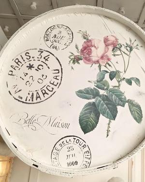 Tunna i trä med fransk text, rosor m m