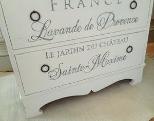 Nätt byrå med fin sockel och fransk text Lavande de Provence