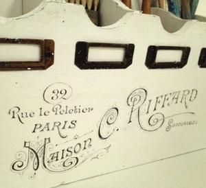 Förvaringsställ med fransk text
