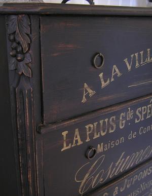 Svart byrå med fransk text i guld Paris 1889