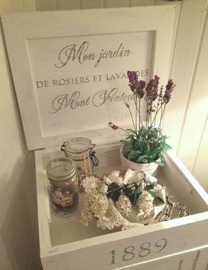 Lantligt pottskåp shabby chic med fransk text