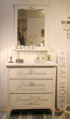 Nätt byrå shabby chic med fransk text Bonnefontaine