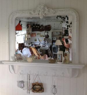 Underbar spegel med hylla, krokar & kerub i krönet