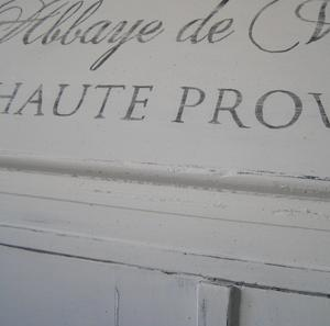 Ljuvligt skåp med klaff och fransk text