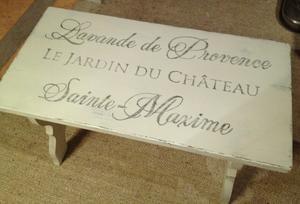 Charmig pall med fransk text och sniderier