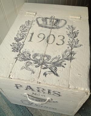 Trälåda med text, krona och årtal 1903