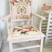 Puderrosa karmstol med rosor och fransk text