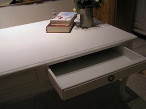 Soffbord med lådor och text Madame Blanche