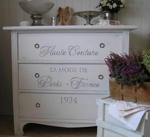 Shabby chic byrå med text Haute Couture