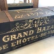 Svart lång kista sittbänk förvaring med guldtext Grand Bazar