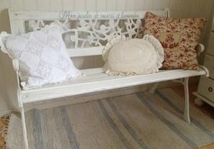 Soffa i gjutjärn och trä med fransk text