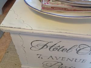Kista soffbord med fransk text Hotell Vita Hjärtan