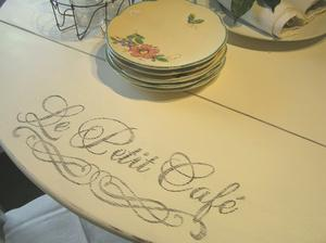 Nätt klaffbord shabby chic text Le Petit Café