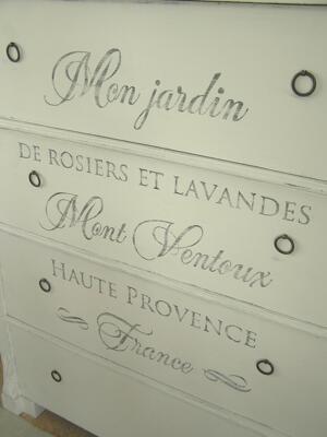 Ljuvlig antik byrå med sniderier och fransk text