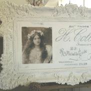 Tavla med vacker kvinna och fransk text
