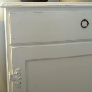 Nätt skänk skåp shabby chic med två dörrar och två lådor