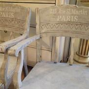 2 st gråblå karmstolar med vit fransk text