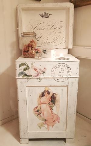 Gammal tvättkommod med ängel och rosor