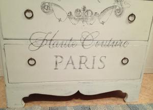 Hög, smal byrå shabby chic med fransk vintage-text