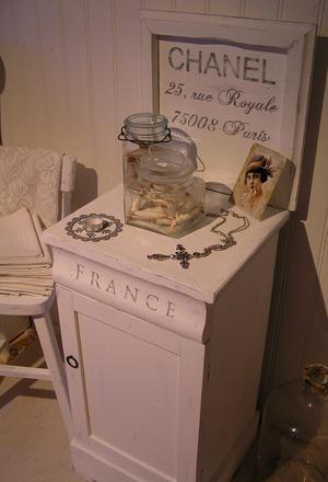 Nätt pottskåp/kommod med text Chanel