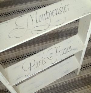 Gammal stege med franska texter o brev, stämplar m m.