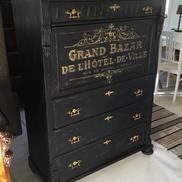 Svart antik chiffonjé med fransk guldtext