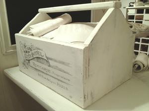 Stor lantlig låda med fransk vintage-text