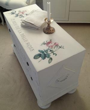 Kistbyrå TV-bänk med rosor och fransk text