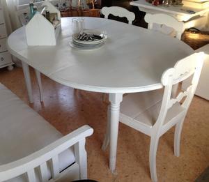 Runt matbord med iläggsskiva och svarvade ben