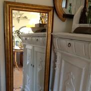 Guldspegel med fasettslipat glas och pärlbård