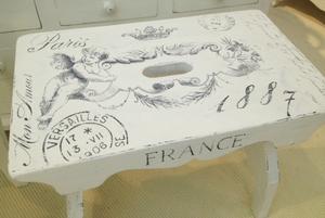 Gammal mjölkpall dekorerad med fransk text o ängel
