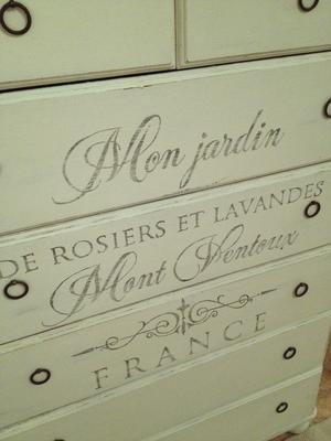 7-lådig byrå shabby chic med fransk text