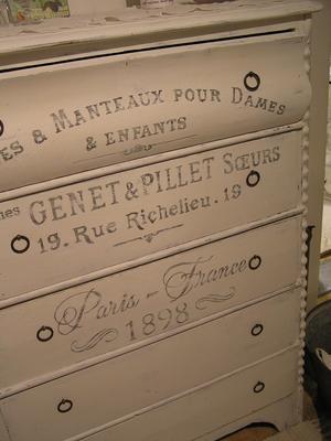 Romantisk 1800-talsbyrå tillägnad två systrar i Paris