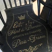 Svart gungstol fr slutet av 1800-talet med fransk text i guld