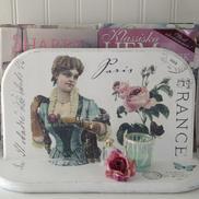 Tidningsställ med fransk text rosor och kvinna