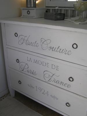 Vit spegelbyrå med fransk text