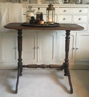 Charmigt nätt bord med mycket patina